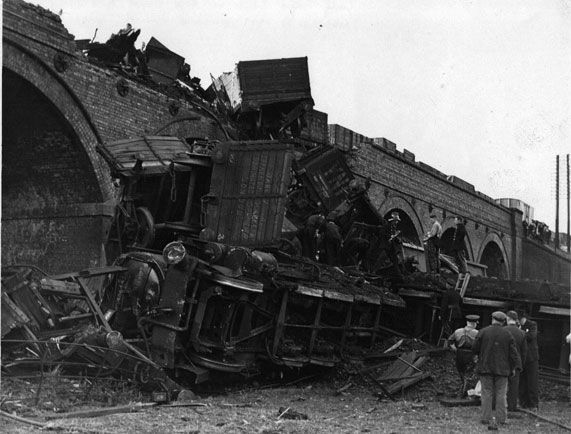 Train wreckage at Oakley viaduct 1949